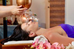 Massaggio Shirodhara: i benefici dell'olio sulla fronte
