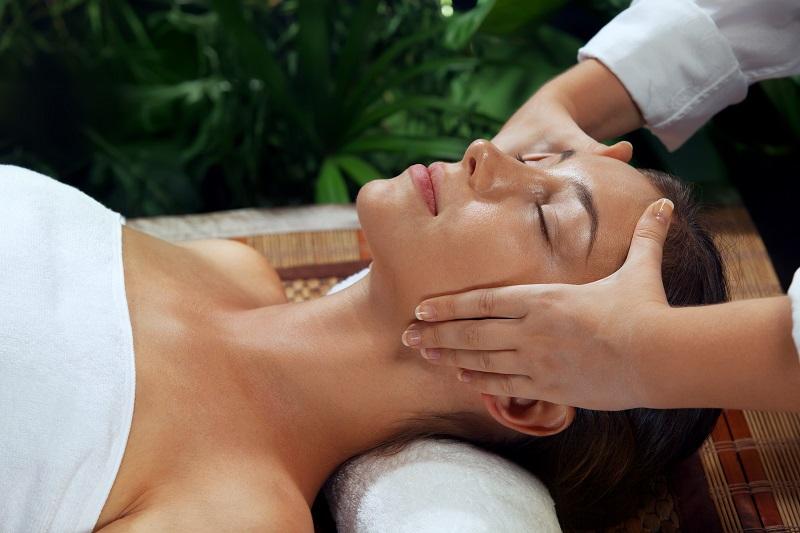 come funziona il massaggio Shirodhara