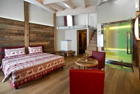 Coccolati nella Suite Spa Presanella con cabina spa e idromassaggio in camera